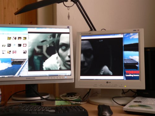 klip pres dva monitory