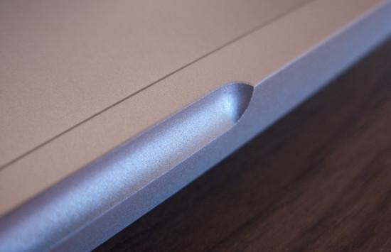 ostrá hrana MacBook Pro je velice nepříjemná